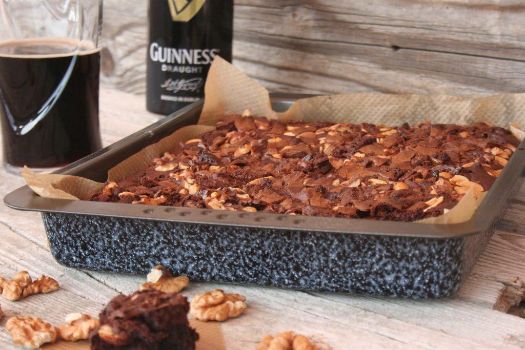 Guinness Brownies z veliko čokolade in orehi, božična peka peciva