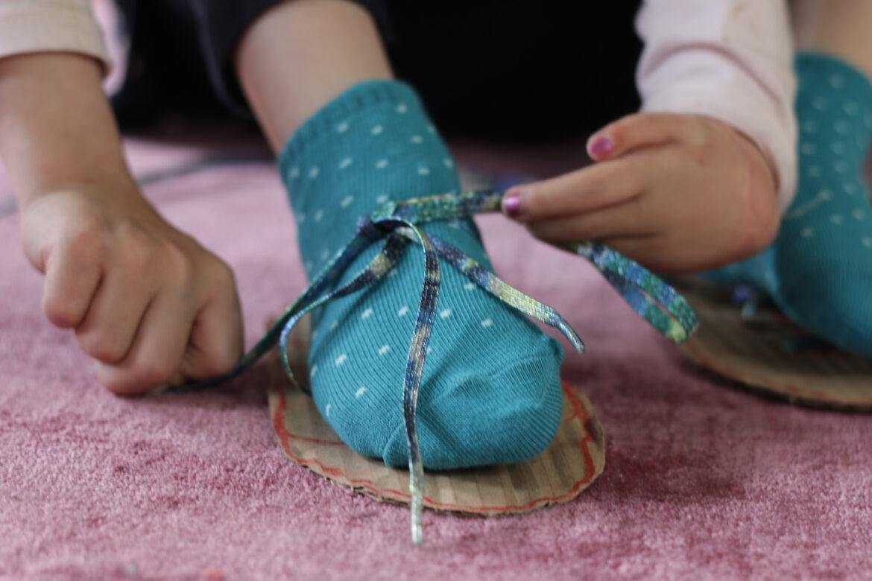 Kako naučiti otroka zavezovati čevlje